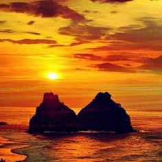 E assim o Morro dois Irmãos se despede do Sol em Fernando de Noronha! Foto: @maryberbert #PartiuBrasil #Pernambuco #PartiuPE