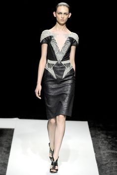 See the complete Maxime Simoëns Fall 2011 Couture collection.