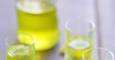 La recette facile du fameux Limoncello à base d'écorces de citron. Voici ses origines et quelques recettes avec cette liqueur délicieuse.