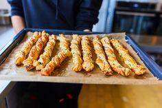 Ha valami expressz, pikk-pakk elkészíthető, sós péksütit szeretnétek majszolgatni az esti film alatt, vagy épp egy random buliba vinnétek valami saját készítésű sósságot/jóságot, akkor ez a recept életmentő lesz. ;) Baking Recipes, Carrots, Bakery, Vegetables, Eat, Cooking, Kitchen, Food, Street