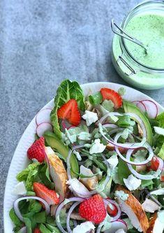 Kyllingsalat er både enkelt, godt og sunt. Oppskrift på kyllingsalat med jordbær, fetaost og deilig urtedressing. Recipe Boards, Cobb Salad, Great Recipes, Tapas, Food To Make, Nom Nom, Food And Drink, Ethnic Recipes, Salad