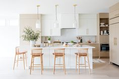 Simply White by Benjamin Moore   Photographer: Janis Nicolay   Designer: Tanya Krpan Prep Kitchen, Kitchen Reno, Kitchen Dining, White Oak Kitchen, Modern Kitchen Design, Mdf Cabinets, Favorite Paint Colors, Open Concept Kitchen, Kitchen Design Open