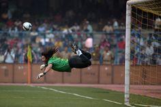 """Rene Higuita, ex portiere della Colombia, ha rifatto il suo famoso """"colpo dello scorpione"""": a 46 anni e con qualche chilo, in più ha effettuato la parata spettacolare che lo ha reso famoso in tutto il mondo, in una partita di beneficenza tra ex calciatori brasiliani e indiani"""