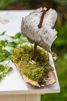 Table decoration with birch wood Birchwood boat with moss ring pillow Photo Tanja Ganzer Kids Crafts, Wood Crafts, Preschool Crafts, Land Art, Forest School, Diy Décoration, Wedding In The Woods, Deco Table, Nature Crafts