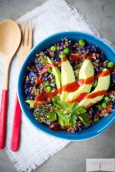 quinoa + petit pois + carotte + brocoli + chou rouge + avocat + graines de lin sauce piquante