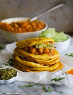 Doubles (Curry Chickpeas And Spicy Flat Bread) Trinidadian Recipes, Guyanese Recipes, Jamaican Recipes, Carribean Food, Caribbean Recipes, Indian Food Recipes, Vegetarian Recipes, Cooking Recipes, Indian Snacks