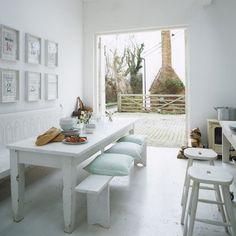 Una cocina blanca como la espuma, perfecta para desayunar