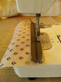 今日は 『ラミネートの生地で作るキャラメルポーチ』の作り方 をご紹介します(作り方は一例です。)まず 材料ラミネートの生地 13.5cm x 23cm 2枚20cmファスナーお好みでタグなど① ファスナーをつけていきます。押さえをファスナー