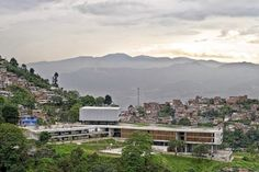 Colegio Santo Domingo Savio. Medellín, Colombia. 2008Foto Alejandro Arango Giancarlo Mazzanti, Paris Skyline, Mountains, Nature, Travel, Log Projects, Running Away, Cities, Architecture