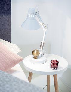 Soveromsdetaljer, Nattbord, BAKKEBJERG sidebord,  ANASOFIE sengetøy, ERNST bordlampe | Nordic Bohem | Skandinaviske hjem, nordisk design, Skandinavisk design, nordiske hjem, soverom, lyst soverom | JYSK