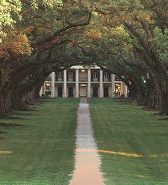 Southern plantation home. Oak alley plantation in Louisiana Southern Plantation Homes, Plantation Houses, Old Southern Homes, Old Southern Plantations, Plantation Style Homes, Southern Mansions, Magnolia Plantation, Beautiful Homes, Luxury Houses