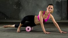 Für Leute, die viel sitzen, kann diese Übung anfangs recht schmerzhaft sein. Die Blackroll massiert hier die Oberschenkel-Außenseite zwischen Knie und Hüfte mit dem  Iliotibialband.