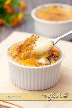 Crema catalana un dolce al cucchiaio spagnolo tipico della Catalogna. Una crema morbida ricoperta da uno strato di zucchero caramellato. E' buonissimo