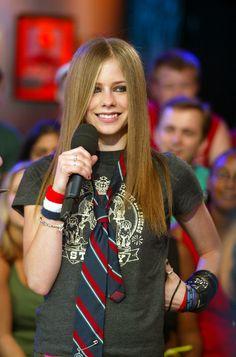 Avril Lavigne te enseñó que todo buen adolescente rebelde usaba corbata. | 32 Modas de oso que usabas en los 00's