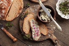 Bylinková másla je možné dochutit podle libosti Jaba