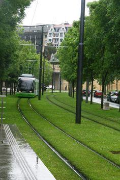 Tranvía de Bilbao, País Vasco - España Eco Architecture, Light Rail, Basque Country, Most Beautiful Cities, Urban Planning, Urban Landscape, Greek Islands, Public Transport, Monuments