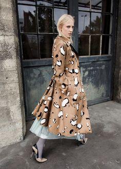 Пальто, Sportmax; платье, Zara; леггинсы, винтаж; ремень, Prada; обувь, Versace.