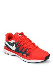 Nike presents this pair of 'Zoom Vapor 9.5 Tour' tennis shoes for men. These red coloured lace-ups have a low-profile design to provide responsive cushioning. Featuring mesh upper and lining, these shoes promise maximum breathability for your feet.