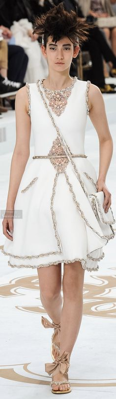 Chanel Fall-winter The details are gourgeous 👏 Coco Chanel, French Fashion Designers, Haute Couture Fashion, Event Dresses, Elegant Outfit, Couture Collection, White Fashion, Fashion Details, Beautiful Outfits