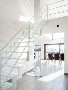 stalen trap met glazen treden en strakke ballustrade. Het staal is wit gelakt ral9016.