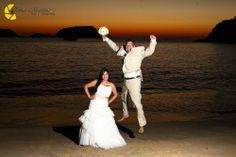 Diviértete en un Trash the Dress ideal para tu boda en playa por Bodas Huatulco