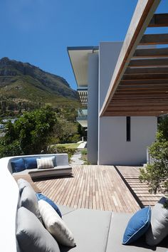 Luxurious South African House with Integrated Natural Feature Amazing Architecture, Contemporary Architecture, Interior Architecture, Outdoor Seating, Outdoor Decor, Deck Seating, Outdoor Spaces, Home Cinema Systems, African House