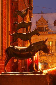 The Bremer Town Musicians - Die Bremer Stadtmusikanten und Weihnachtsmarkt mit  Haus Schütting bei Abenddämmerung, Bremen, Deutschland  I  The Bremer Town Musicians in Winter with snow at Dusk, Bremen, Germany