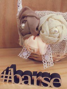 Que tal fugir do tradicional e apostar numa decoração diferente para o casamento? <br> <br>Uma das opções é a decoração rústica, que proporciona um ambiente mais acolhedor e intimista. Existe algo que tenha mais romantismo do que um estilo rústico? Este tipo de decoração, dá um charme incrível ao copo de água, e o melhor, combina com qualquer sítio. O segredo é investir em pormenores que vão fazer toda a diferença, como a cesta para florista.