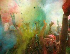 África do Sul coberta de pó de farinha de milho colorida durante o festival Holi One, na Cidade do Cabo - Semana em imagens: 8 de março - Title1