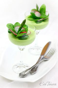 This asparagus mousse looks like it could float off the plate! This asparagus mousse looks like it could float off the plate! Mousse, Gourmet Recipes, Appetizer Recipes, Appetizers, Good Food, Yummy Food, Food Design, Clean Eating Snacks, Fine Dining