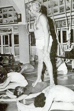 1977: BKS Iyengar teaching yoga in India....... #bksiyengar #1970s #iyengaryoga #broga #mendoyoga #yogaformen #yogafun