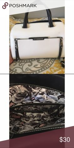 Nine West purse Gorgeous Nine West Purse. Gently used, has 1 stain on the front. Didn't notice it when I bought it. ‼️considering all offers‼️ Nine West Bags Shoulder Bags