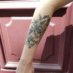 Tatouage par Fleur Intestinale  #blackwork #botanicaltattoo #healedtattoo #blackbotanists #tattoo #tatouage #floraltattoo #btattooing #blackworkerssubmission