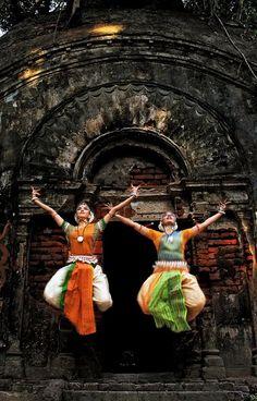 The 8 Indian Classical Dance styles: Bharatanatyam (Tamil Nadu). Odissi (Orissa), and Sattriya (Assam). Folk Dance, Dance Art, Indian Classical Dance, Bollywood, Amazing India, India People, Shall We Dance, Dance Poses, Dance Photography