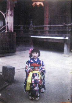 Roger Dumas for Albert Kahn Fondation - Archives of the Planet :  Japanese girl in kimono at temple, Japan - Autochrome - 1926-27