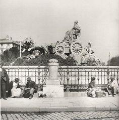 La fuente de #Cibeles en 1906, a ver quien es el guapo que se sienta en 2015 alrededor suya.
