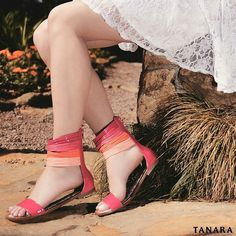 Rasteira em material envernizado. Com visual clean o destaque dessa sandália fica na sua tornozeleira cheia de tiras coloridas. Uma combinação linda! N7544