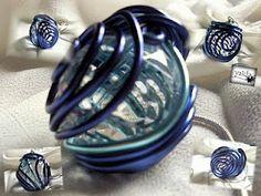 bola de cristal forrada en varios hilos de aluminio.