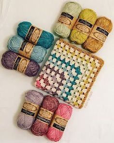 How to Change Yarn Colors While Knitting How to Change Yarn Colors While Knitting,Video Tutorials from Studio Knit Easier than I thought! How to Change Yarn Colors While Knitting for Beginning Knitters with Studio. Point Granny Au Crochet, Granny Square Crochet Pattern, Crochet Squares, Crochet Blanket Patterns, Knitting Patterns, Knitting Squares, Knitting Ideas, Stitch Patterns, Crochet Crafts