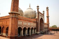Located opposite to Red Fort in Old Delhi, Jama Masjid has three gates, two minarets - 40 meters in height and four towers. The minarets are made up of red s. Delhi Tourism, Jama Masjid, Ends Of The Earth, Walled City, Before I Die, Jodhpur, Travelogue, Mosque, Taj Mahal