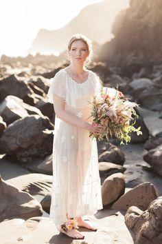 Look voor de bohemian bruid #bruiloft #trouwen #inspiratie #bloemenkrans #styled #shoot #zee #natuur #fashion #bohemian #bruid #bride #new #sealand #sea #ocean Cliffside styled shoot in Nieuw-Zeeland | ThePerfectWedding.nl | Fotografie: Anne Paar Photography
