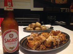 Frango da Guia, papas asadas con mojo picón y cerveza Sagres en Chicken da Guia, Bormujos.