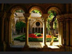 Le cloître de l'abbaye de Fontfroide, dans l'Aude (France).