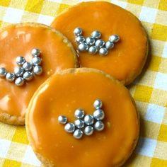 Leuke oranje koekjes met een kroontje voor kinderen op Koningsdag. Ook leuk als traktatie voor prinsessen of ridders, met een andere kleur ondergrond. Recept op http://dekinderkookshop.nl/recepten-voor-kinderen/kroonkoekjes/