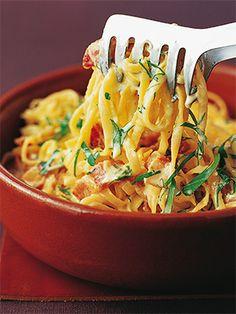 Вот секрет удачной пасты карбонара: отварите качественную пасту непосредственно перед едой, хорошо разогрейте блюдо для подачи и быстро добавьте в пасту яично-сливочную смесь, чтобы получился гладкий соус, который будет обволакивать пасту тонким слоем. - Паста - Рецепты