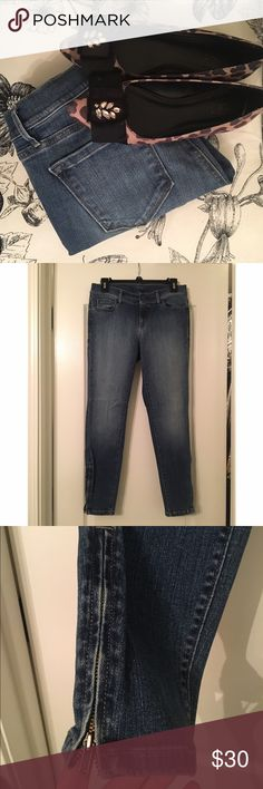 """NWOT Loft modern skinny ankle jeans (sz 4) Adorable jeans from loft. I only wore these once for about an hour. I needed a size down and they were out of stock. Jeans hit at the ankle (I'm 5'3"""") and have adorable zippers. Medium color with flattering wash. Lots of stretch so they're super comfortable. My loss is your gain on these adorable jeans. LOFT Jeans Skinny"""