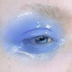 Des paupières glossy : un look monochrome avec ce mascara et ce gloss à paupière bleu aufbewahrung augen blaue augen eyes für jugendliche hochzeit ıdeen retention tipps eyes wedding make-up 2019 Makeup Trends, Makeup Inspo, Makeup Art, Makeup Inspiration, Beauty Makeup, Hair Makeup, Angel Makeup, Eyebrow Makeup, Mascara