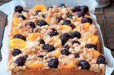 Meruňkový koláč s ostružinami a drobenkou