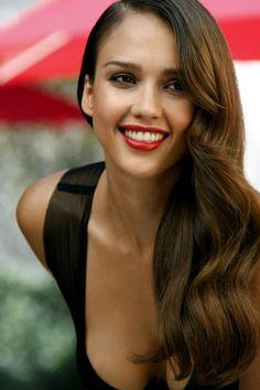 Un labial rojo, no solo es seductor e impactante, sino crea el efecto de que tus dientes son más blancos