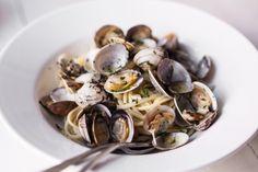 We waren altijd al benieuwd naar de recepten van onze favoriete pastabarSpaghetteria. En die zijn nu bekend, want ze hebbeneen kookboek uitgebracht! In Pasta vind je de lekkerste pastarecepten. Wij mogen alvast uit de doeken doen hoe de mannen hun beroemde linguine alle vongole maken. Was en spoel de venusschelpen. Doe ze 20 minuten in …